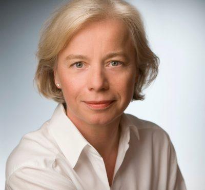 Portrait von Dr. med. Ira Bauer, in ihrer kinderkardiologischen Praxis in Köln